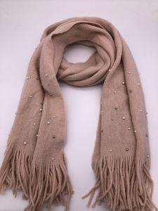 Le donne hanno lavorato a maglia la sciarpa calda di usura su ordinazione solida della nappa della perla