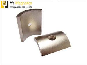 さら穴を開けられた穴が付いているN52ネオジムアークのセグメントによって曲げられる磁石