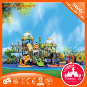 Kind-im Freiengeräten-spielender Plastikspielplatz