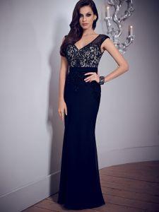 V首の黒く形式的な女性のイブニング・ドレス