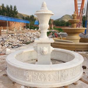 De Fontein van het Water van de Tuin van de Steen van de tuin met het Standbeeld van het Hoofd van het Paard
