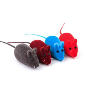 L'animale domestico di gomma gioca il gatto stridulo del mouse di simulazione che gioca i giocattoli