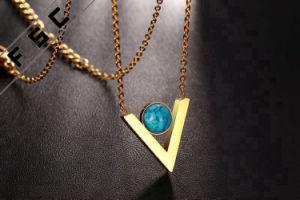 Collana a forma di V del turchese degli accessori delle donne dei monili placcata oro dell'acciaio inossidabile di modo