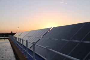 Centrale elettrica fotovoltaica dell'acqua fatta del pontone