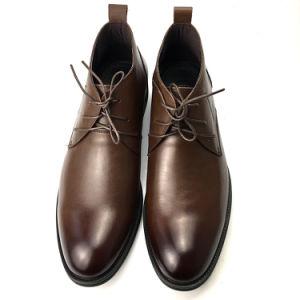 Confortável café suave e homens negros botas em pele genuína