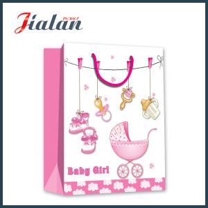 쇼핑 운반대 종이 선물 부대를 포장하는 여자 아기 선물
