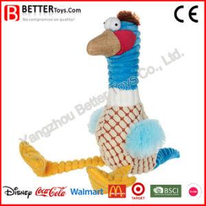 中Squeakerの詰められた鳥プラシ天ペットおもちゃをかみ砕いている犬のために