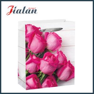 매일 쇼핑 선물 종이 봉지가 리본 밧줄 목제 작풍에 의하여 꽃이 핀다