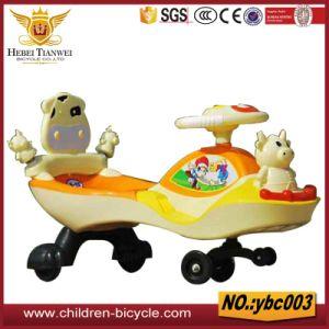 Reizende Kind-Fahrt auf Schwingen-Auto