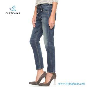 Le ragazze/donne di svago diritto allungano il denim (P.E. 329 dei jeans)