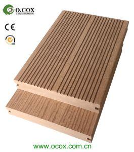 O composto de plástico de madeira maciça de terraço em deck composto no exterior do piso