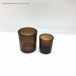 Portavelas de vidrio de color marrón oscuro de tamaños diferentes.
