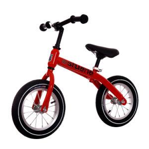 Les filles et garçons Ride sur aucun équilibre de la pédale vélo