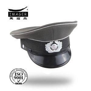 Uniforme elegante dell'esercito tedesco con il distintivo d'argento