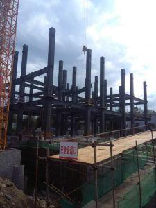 De gran altura, un Fuerte bastidor de la estructura de acero de construcción con hormigón