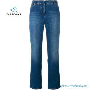 Le donne che i ribattini blu hanno decorato il cotone di stirata si sono svasate jeans del denim del piedino