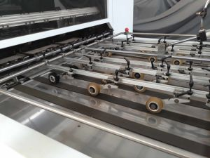 Высокая эффективность полностью автоматическая умирают и морщин машины на лист картона