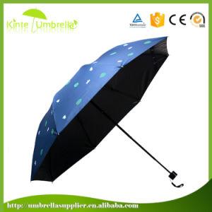 新しい方法性の美しい女の子は傘を描く