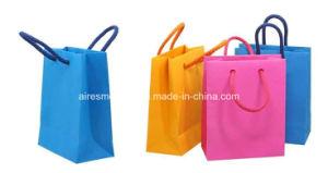 L'abitudine ha stampato i sacchetti del regalo della carta patinata con la maniglia della corda del nastro
