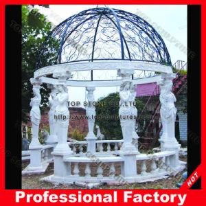 旧式な石造りの彫刻が付いている屋外の大理石の庭の望楼