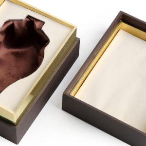 서류상 선물 상자를 포장하는 장식용 미용 제품