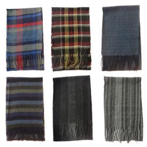 人のアクリルの編む方法によって編まれる柔らかい小切手のスカーフ