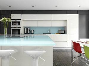 Parte superiore di Worktop della cucina del vetro temperato contro ...