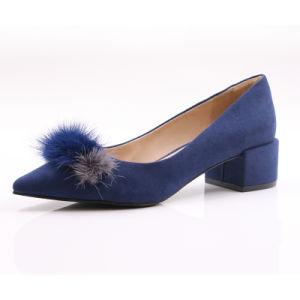 ダイヤモンドの青い女性はがっしりしたかかとポンプ靴をショートさせる