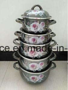 鍋を調理するエナメルのミルクの鍋