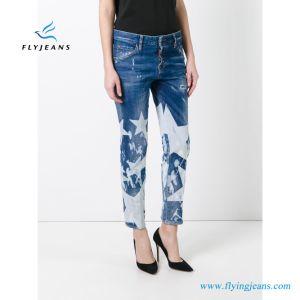 La grande stella delle ragazze fredde ha candeggiato il denim afflitto dei jeans (P.E. 413 dei pantaloni)