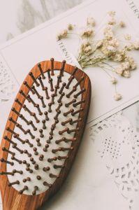 Handmaking pentes de cabelo de madeira