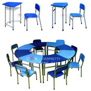多彩な8つ-幼稚園のための子供の机そして椅子
