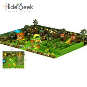Jouer à l'intérieur de la jungle Naughty château avec labyrinthe