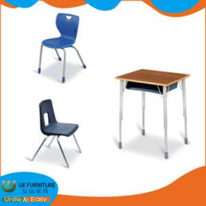 工場供給の金属フレームの高さの調節可能な足の学校の机の家具