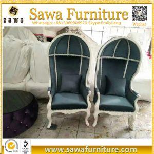 旧式なフランスの装飾された居間のおおいの椅子