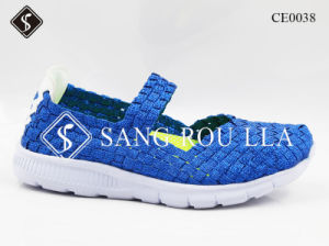 Los niños y mujeres tejen cómodos zapatos zapatillas