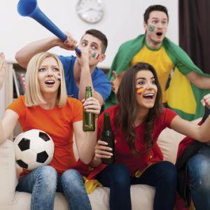 O futebol torcendo os fãs da Buzina de plástico da Buzina