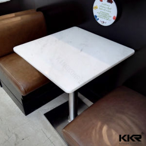 Piedra artificial de mármol negro en la mesa de comedor