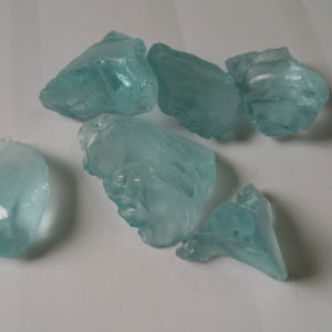 Grand Verre de couleur des pierres en Gabion