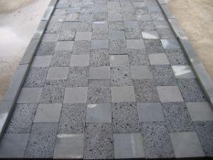 軽くか暗い溶岩の灰色の玄武岩の舗装するか、または壁のクラッディングの石のタイル