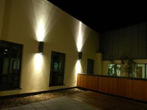 Doppi lati di etl che illuminano la lampada da parete esterna del