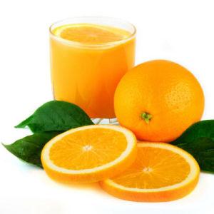 El puré de naranja natural y la pulpa en el tambor