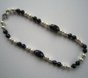 最新のデザインはネックレスのガラス玉の宝石類に玉を付ける