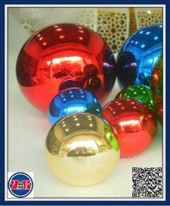 Specchio lucidato guardando fisso la sfera variopinta colorata dell'acciaio inossidabile della sfera vuota del Rainbow