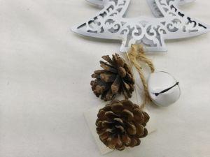 鐘のクリスマスツリーの鉄の装飾が付いているクラフト