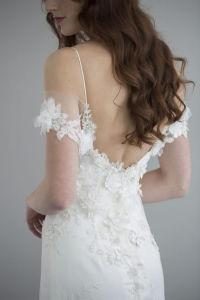 La gasa de seda magnífica y soñadora cubierta a través de la blusa y se sienta delicado de la alineada de boda de los hombros con el cordón rebordeado las características de la flor