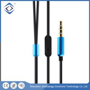 イヤホーンを取り消す耳のステレオのワイヤーで縛られた騒音の3.5mm
