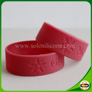 Braccialetti poco costosi poco costosi del silicone di nuovo stile con Debossed per il commercio all'ingrosso