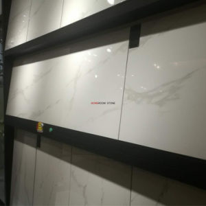 Kijkt het Foshan Opgepoetste Witte Marmer Calacatta de Tegel van de Vloer van het Porselein