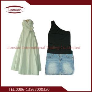 La massa di modo delle signore divide i vestiti in lotti utilizzati balle da vendere